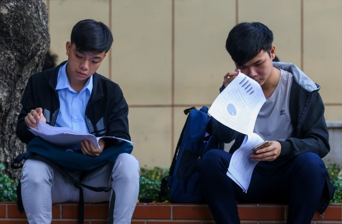 Thí sinh xem đề thi mẫu trước kỳ thi đánh giá năng lực của Đại học Quốc gia TP HCM hồi tháng 3. Ảnh: Quỳnh Trần.