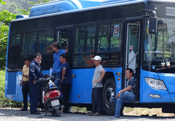 Tài xế xe buýt và đại diện HTX vận tải 19/05 đối thoại, sáng 7/1. Ảnh: Hà An.