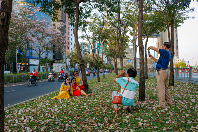 <p> Không chỉ có người trẻ mới mê hoa, nhóm bạn của chị Hà (áo đỏ) gồm những người trung niên cũng chưng diện quần áo đến chụp ảnh với con đường hoa kèn hồng trên đại lộ Võ Văn Kiệt.</p>