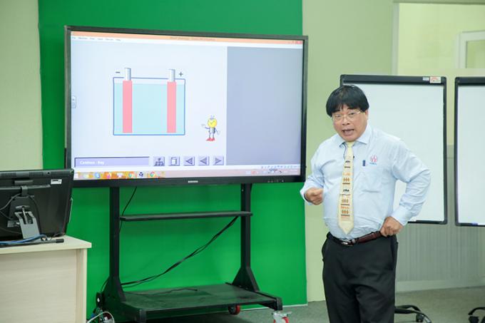 PGS Đỗ Văn Dũng thực hiện bài giảng được trình chiếu trên Facebook. Ảnh: Đại học Sư phạm kỹ thuật TP HCM