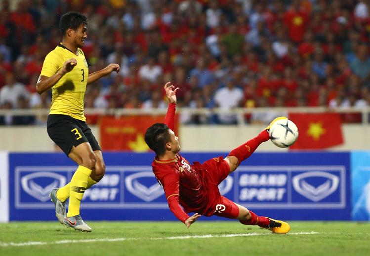 Tuyệt phẩm vô lê của Quang Hải giúp Việt Nam đánh bại Malaysia 1-0 trong trận đấu tại Mỹ Đình ngày 10/10/2019. Ảnh: Lâm Thoả