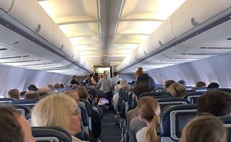 Nhóm hành khách gây rối trên chuyến bay của United Airlines hôm 8/3. Ảnh: Twitter/Jordan Safirstein.