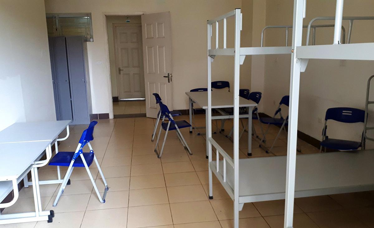 Bên trong phòng ký túc xá được trang bị bàn ghế, giường tầng, phục vụ từ 6 đến 8 người mỗi phòng. Ảnh: Bá Đô