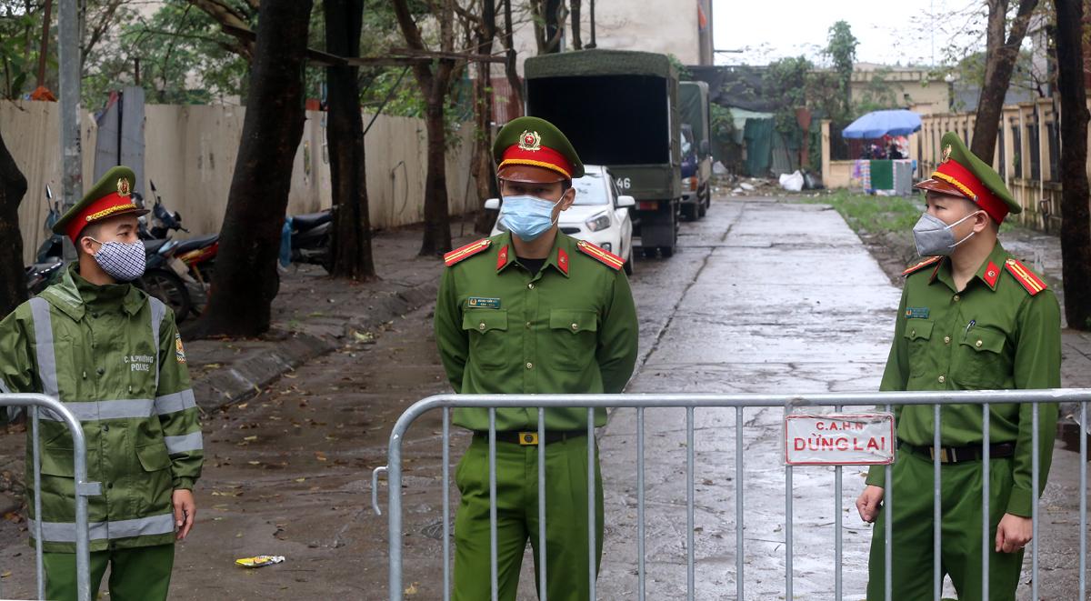 Hai chốt cảnh sát bảo vệ ngoài cổng ký túc xá sáng 19/3.Ảnh: Bá Đô