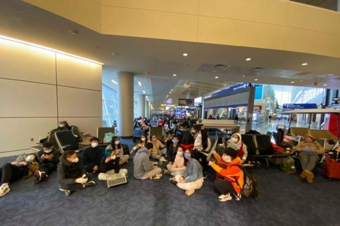Nhóm sinh viên Việt ở sân bay Dallas, Mỹ, ngày 22/3. Ảnh: TLSQVNTSF.