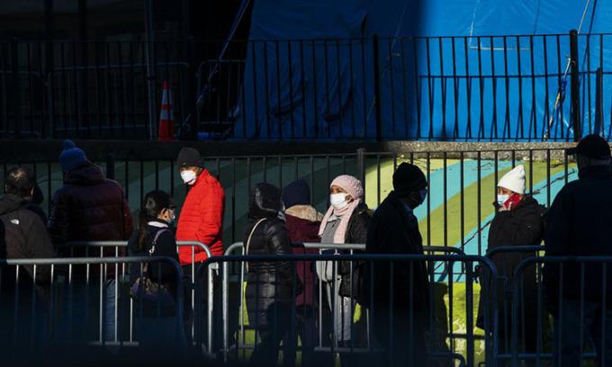 Người dân xếp hàng bên ngoài bệnh viện Elmhurst ở thành phố New York để được xét nghiệm nCoV hôm 24/3. Ảnh: AFP.