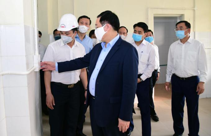 Bí thư Thành uỷ Hà Nội Vương Đình Huệ kiểm tra việc xây dựng viện dã chiến Mê Linh sáng 25/3. Ảnh: Viết Thành.