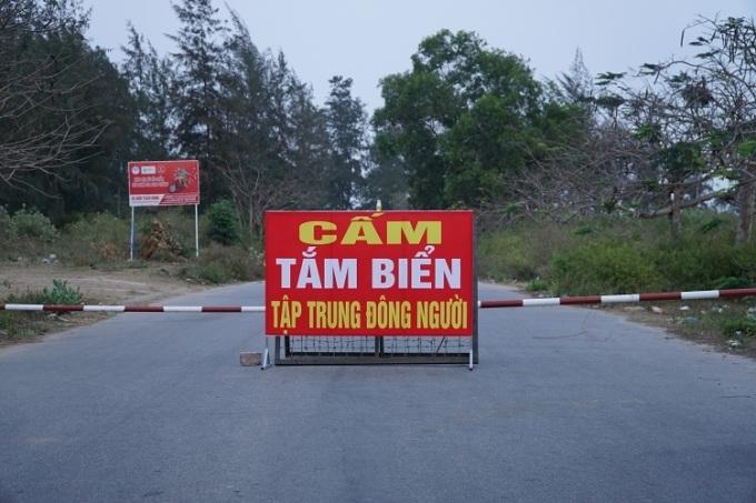 Đường vào bãi biển Mỹ Khê, TP Quảng Ngãi được chắn barrier ngăn người dân tắm biển, chiều 30/3. Ảnh: Phạm Linh.