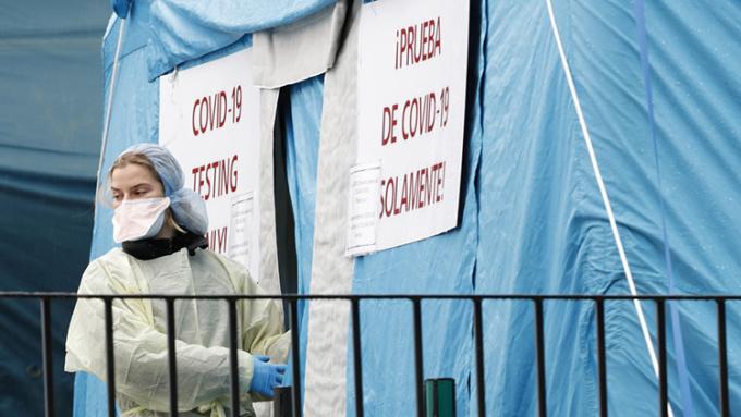 Một y sĩ tại lều xét nghiệm dã chiến bên ngoàibệnh việnElmhurst, New York, hôm 28/3. Ảnh: AP