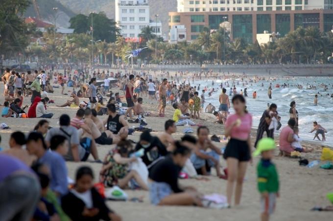Bãi tắm Nha Trang đông nghịt người, chiều 30/3. Ảnh: Xuân Ngọc.