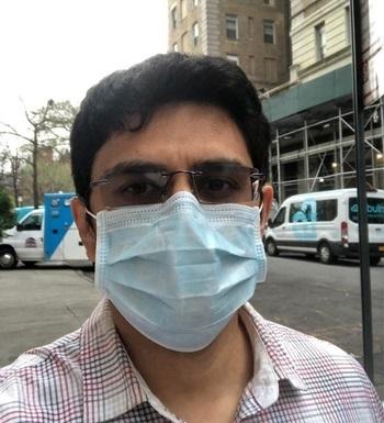 Bác sĩ Shamit Patel bên ngoài bệnh việnMount Sinai ở New York hôm 30/3. Ảnh: AFP.