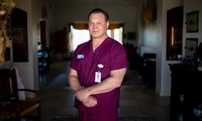 Bác sĩ gây mê Henry Nikicicz tại Trung tâm Y tế Đại học ở El Paso, Texas, Mỹ. Ảnh: NYTimes.