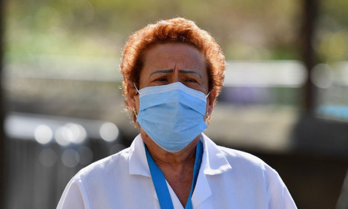 Nhân viên y tế bên ngoài bệnh viện Mount Sinai ở New York hôm 1/4. Ảnh: AFP.