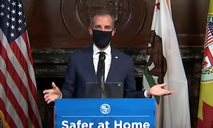 Eric Garcetti, Thị trưởng Los Angeles, đeo khẩu trang tại cuộc họp báo ngày 1/4. Ảnh: AP.