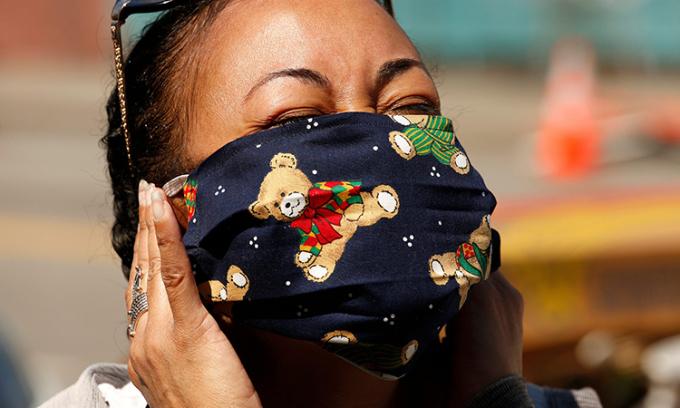 Athena Hayley, CEO của tổ chứcLove My Neighbor Foundation, thử đeo chiếc khẩu trang vải tự chế tại thành phố Los Angles. Ảnh: LATimes.