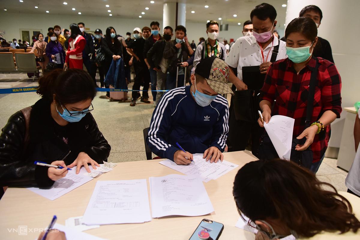 Hành khách trở về từ châu Âu làm thủ tục xét nghiệm nCoV ngay tại sân bay Nội Bài, ngày 18/3. Ảnh: Giang Huy