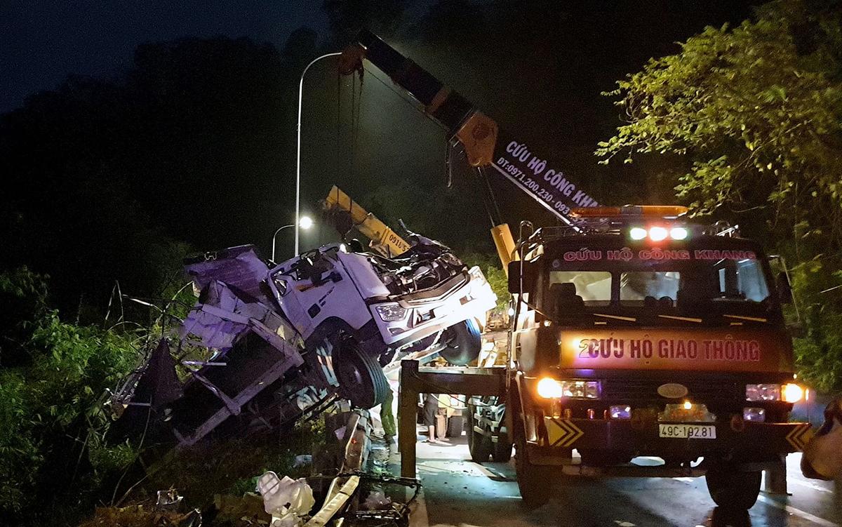 Xe tải được cứu hộ đưa lên mặt đường. Ảnh: Hoài Thanh