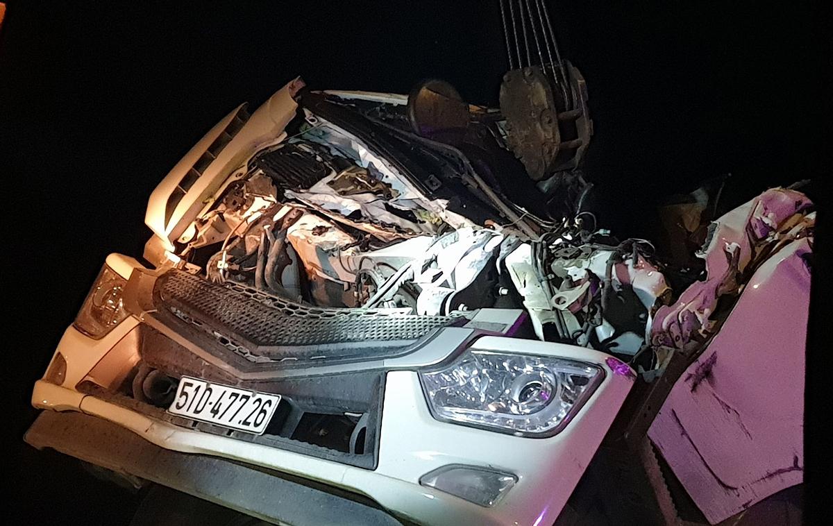 Cabin xe tải bẹp rúm sau vụ tai nạn. Ảnh: Hoài Thanh
