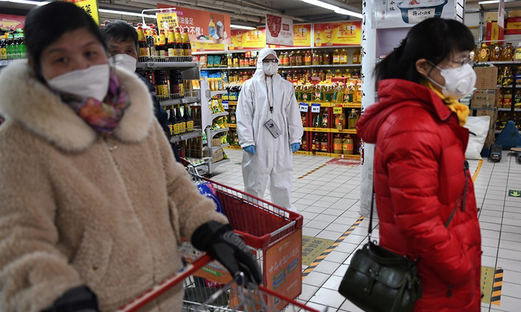 Người dân đeo khẩu trang khi mua hàng tại một siêu thị ở Bắc Kinh, Trung Quốc ngày 3/3. Ảnh: AFP.