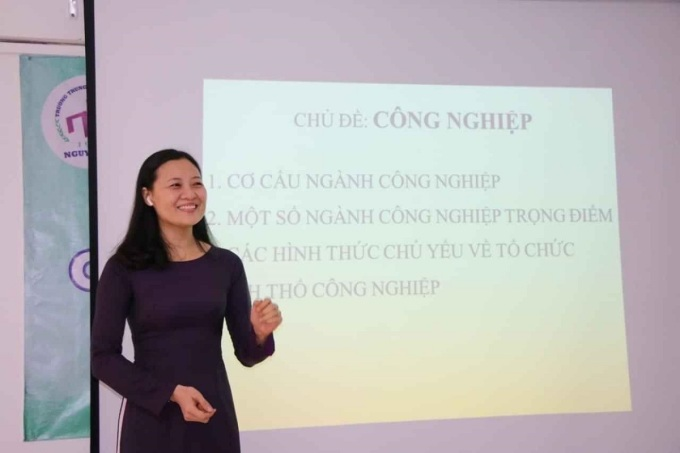 Giáo viên Địa lý trường THPT Nguyễn Du trong buổi ghi hình bài giảng hồi tháng 3. Ảnh: Thanh Phú.