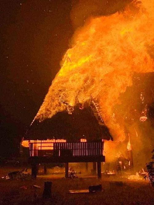 Nhà rông truyền thống của người đồng bào Xê Đăng bị sét đánh, cháy rụi tối hôm qua. Ảnh: Ngọc Oanh.