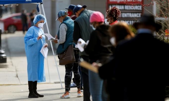 Người dân xếp hàng chờ xét nghiệm nCoV ở Chicago, Mỹ ngày 8/4. Ảnh: Reuters.