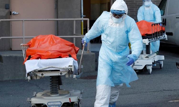 Nhân viên y tế Mỹ di chuyển thi thể bệnh nhân Covid-19 tại bang Lousiana hôm 3/4. Ảnh: Reuters.
