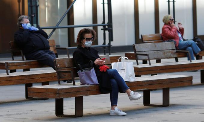 Người dân đeo khẩu trang và giữ khoảng cách tại khu vực dành cho người đi bộ ở Vienna, Áo hôm 6/4. Ảnh: Reuters.