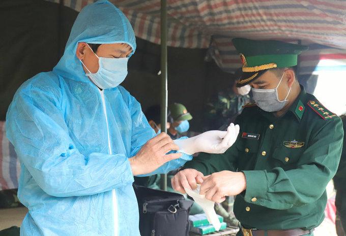 Trung tá Hoàng Văn Kỳ mặc đồ bảo hộ do Quỹ Hy vọng trao tặng ngày 6/4.
