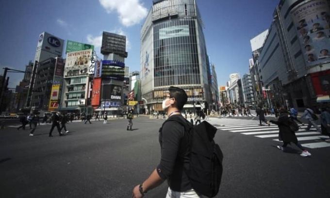 Người dân trên đường phố Tokyo hôm 8/4, ít hơn bình thường sau khi chính phủ ban bố tình trạng khẩn cấp. Ảnh: Reuters.
