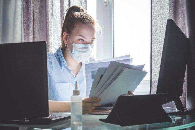 Luật sư vừa phải đáp ứng nhu cầu khách hàng, vừa phải thích ứng với điều kiện làm việc mới. Ảnh: Shutterstock.
