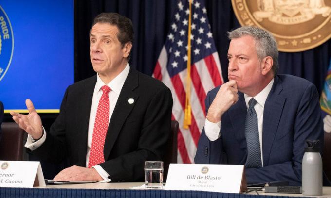 Thống đốc Cuomo (trái) và Thị trưởng de Blasio họp báo hôm 10/4. Ảnh: AP.