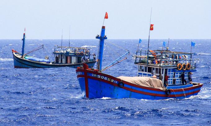 Tàu cá Việt Nam hoạt động trên tại ngư trường Hoàng Sa. Ảnh: Nguyễn Đông.