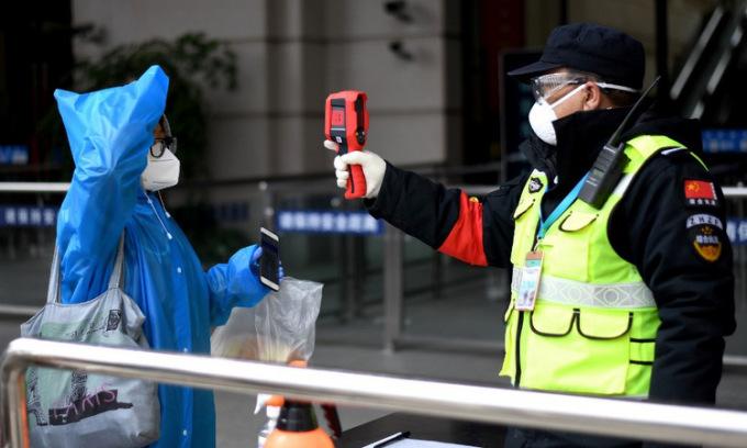 Kiểm tra thân nhiệt tại ga Hán Khẩu, Vũ Hán hôm 11/4. Ảnh: AFP.