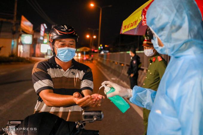 TP HCM kiểm soát chặt các cửa ngõ, kiểm tra người từ nơi khác đến thành phố. Ảnh: Hữu Khoa.