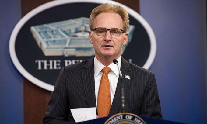 Quyền Bộ trưởng Hải quân Thomas B. Modly họp báo tại Washington hôm 2/4. Ảnh: Bộ quốc phòng Mỹ.