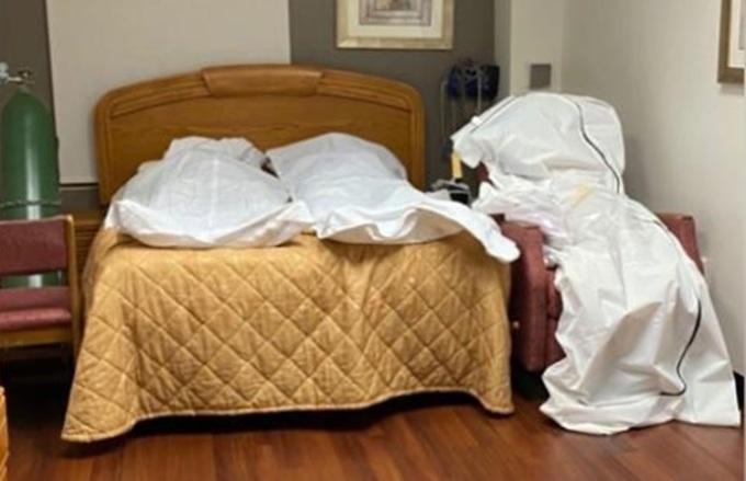 Ba thi thể được đặt trong phòng nghiên cứu của bệnh viện ở thành phố Detroit, ban Michigan. Ảnh: CNN.