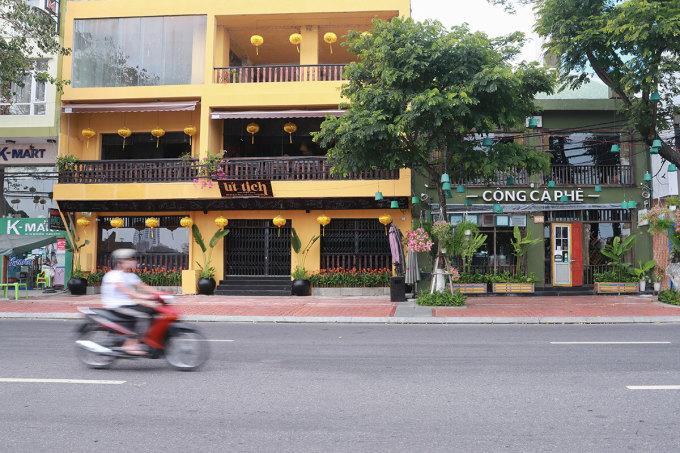 Hàng loạt quán cà phê nổi tiếng trên đường Bạch Đằng (Đà Nẵng) đóng cửa từ ngày 2/4. Ảnh: Nguyễn Đông.