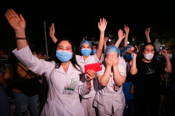 Các y bác sÄ© của bệnh viện Bạch Mai vui mừng khi nÆ¡i này được dỡ lệnh phong toả ngày 12/4. Ảnh: Giang Huy.