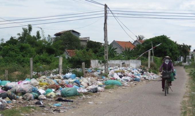 Bãi trung chuyển rác ở thôn Phước Khánh, xã Hòa Trị, Phú Yên. Ảnh: T.Thảo.