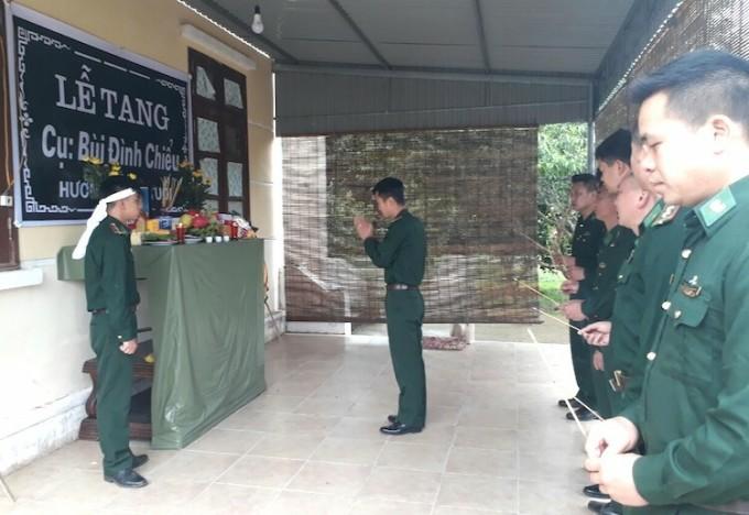 Đồng đội đến thắp hương, tiễn biệt ba thiếu uý Bùi Quang Huy tại bàn thờ vọng được lập ngay tại Đồn Biên phòng cửa khẩu Lóng Sập. Ảnh: Trọng Thời