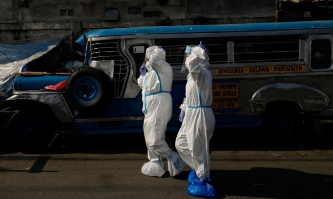 Nhân viên y tế trên đường đến nhà người nghi nhiễm nCoV ở Manila, Philippines, hôm 15/4. Ảnh: Reuters.
