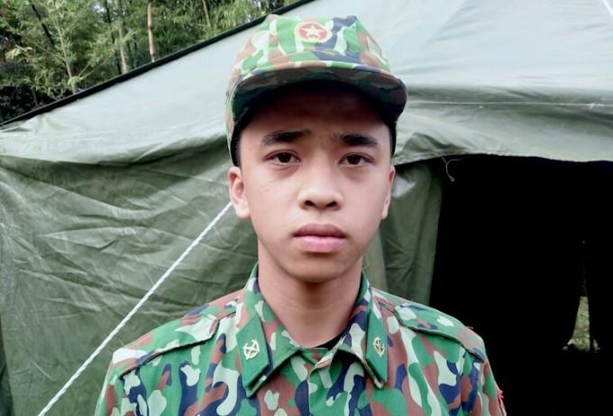 Thiếu uý Bùi Quang Huy, Đồn Biên phòng cửa khẩu Lóng Sập trước chốt kiểm soát đặt cạnh biên giới Việt - Lào. Ảnh: Hiếu Duy