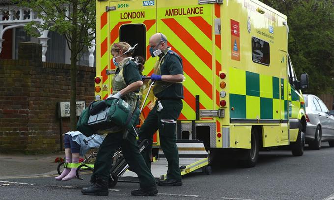 Nhân viên y tế hỗ trợ một bệnh nhân tại Streatham, London ngày 2/4. Ảnh:SkyNews.