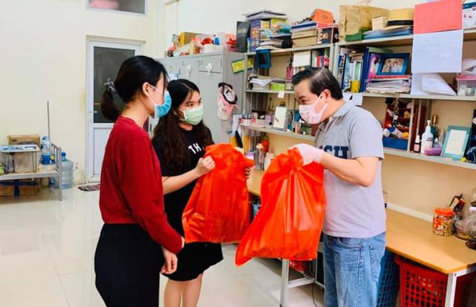 Thầy Minh chuyển các suất quà hỗ trợ tới tận tay sinh viên. Ảnh: USSH.