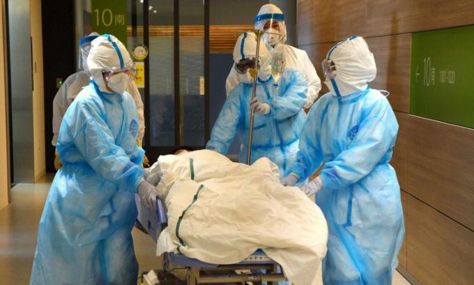 Y bác sĩ diễn tập đối phó Covid-19 tại tỉnh Tottori hồi tháng 2. Ảnh: Asahi Shinbun.