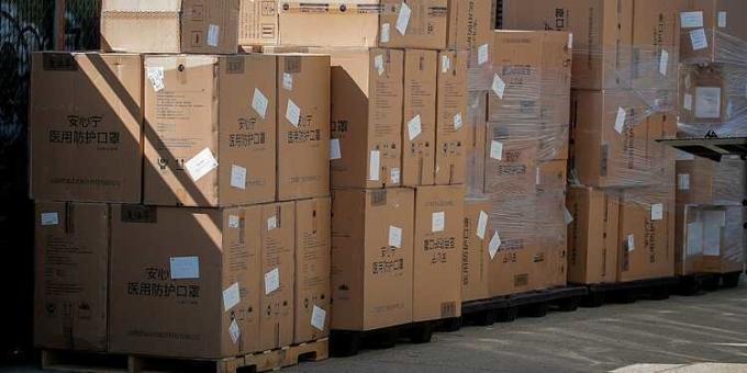 Lô khẩu trang N95 và đồ bảo hộ cá nhân được tập đoàn Alibaba của Trung Quốc chuyển tới New York hôm 8/4. Ảnh: Reuters.