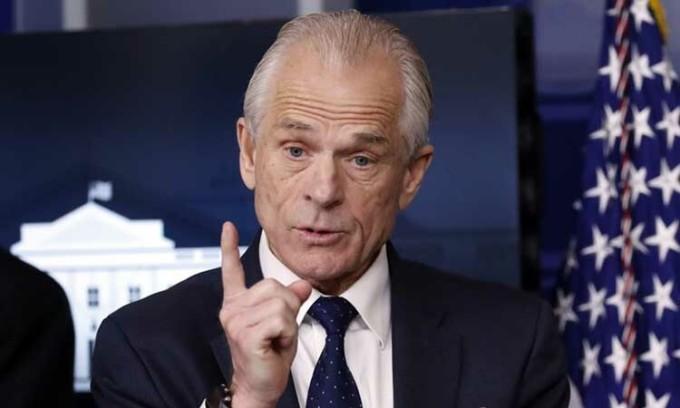 Cố vấn thương mại Peter Navarro phát biểu về Covid-19 trong cuộc họp báo tại Nhà Trắng hôm 2/4. Ảnh: AP.