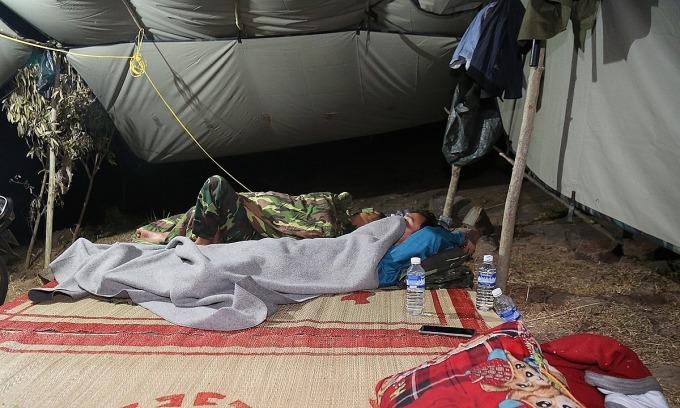 Giấc ngủ của bộ đội mùa dịch.