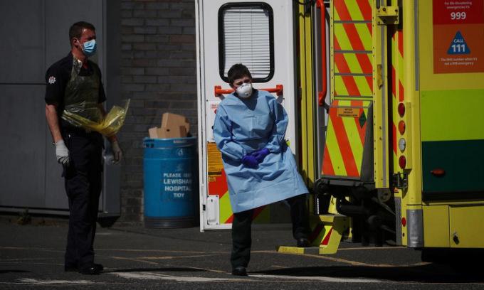 Nhân viên y tế bên ngoài một bệnh viện ở London, Anh, ngày 20/4. Ảnh: Reuters.